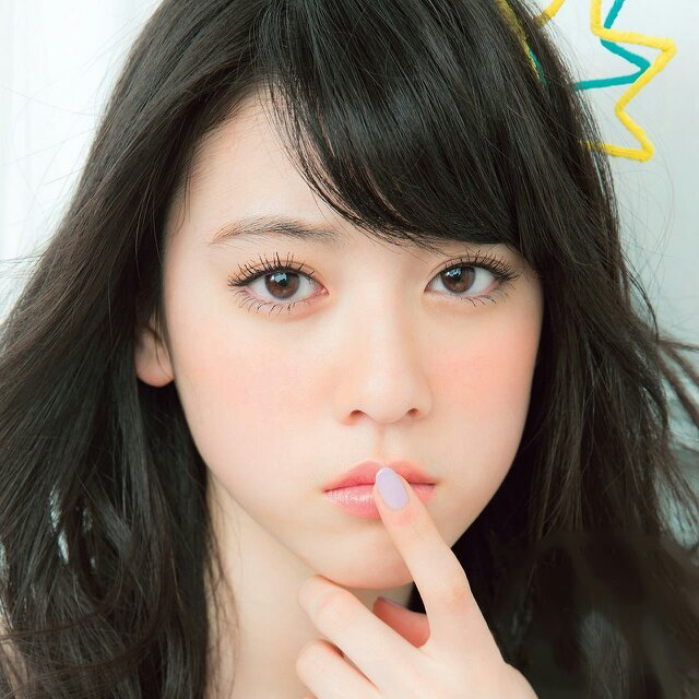 新美脚クィーン!人気モデル三吉彩花さんの私服がお洒落すぎると話題のサムネイル画像