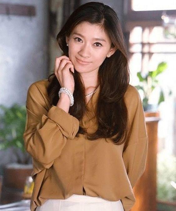 篠原涼子の愛用しているメイク道具や篠原涼子風メイクの方法を紹介!のサムネイル画像