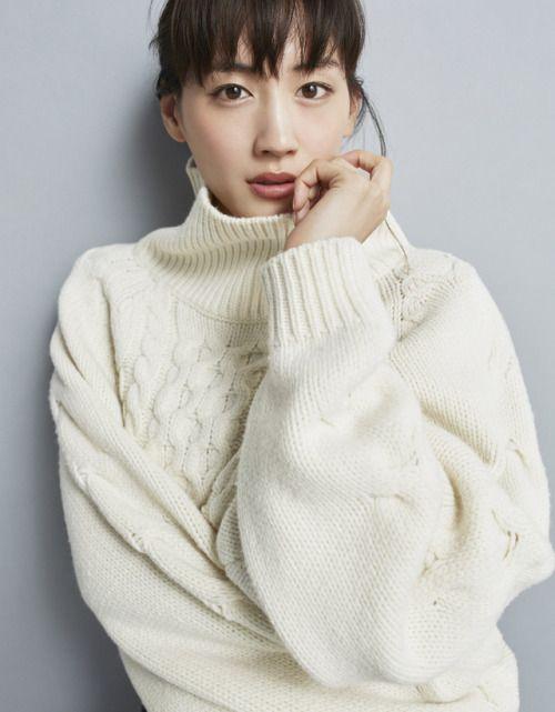 綾瀬はるかさんのファッションが気になる人必見!厳選コーデ集!のサムネイル画像