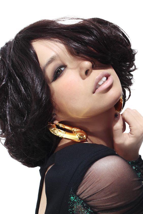 人気女性歌手・AIのLIVEチケットや服装が知りたい人必見! のサムネイル画像