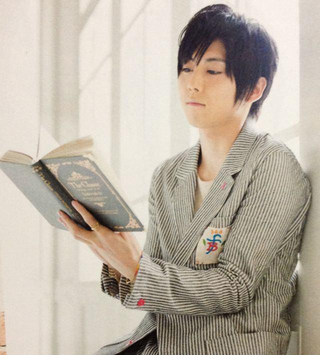 本を読む梶裕貴