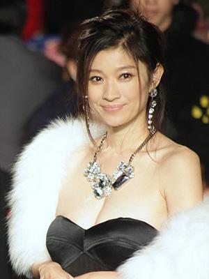 40代2児のママ!美しいスタイルを維持する篠原涼子のダイエットのサムネイル画像