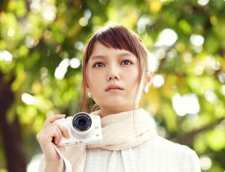 宮崎あおいがカメラのCMで見せる透明感と存在感【動画あり】のサムネイル画像