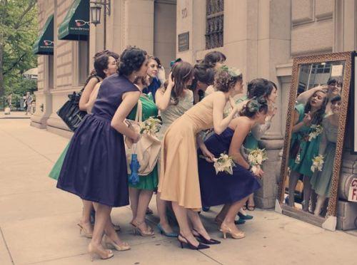 なんで?結婚式にパーティードレスはこれでいいの?いけないの?のサムネイル画像