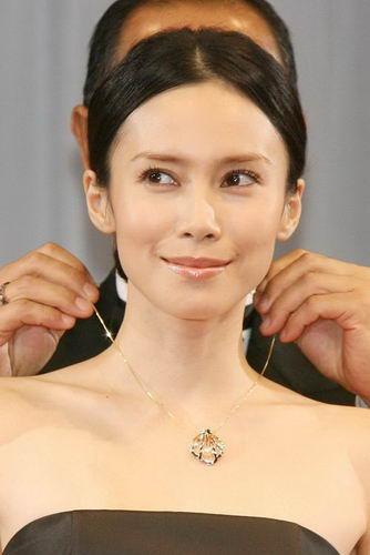髪のアクセサリーが素敵な中谷美紀さん