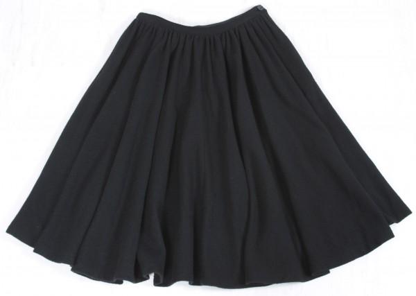 【黒スカート】さえあれば、大人可愛いシンプルコーデが簡単に!のサムネイル画像