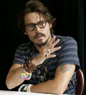 ジョニー・デップのトレードマーク「メガネ」はダテ?度付?のサムネイル画像