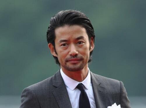 不動の二枚目俳優・竹野内豊さん!身長サバ読み疑惑は本当なの?のサムネイル画像