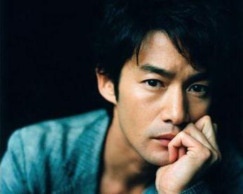 シリアスな演技も軽快な演技も。竹野内豊さんデビュードラマや映画作までのサムネイル画像