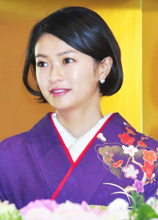女優・榮倉奈々が水着姿を披露!胸はないけど可愛いと評判!?のサムネイル画像