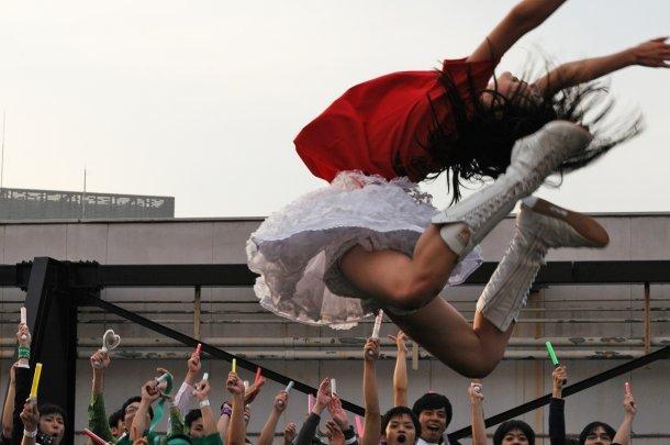 ももクロ・百田夏菜子のエビぞりジャンプがやっぱりすごすぎる件のサムネイル画像