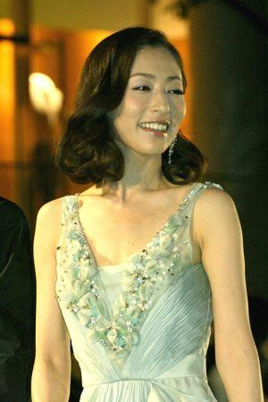 華やかなドレスを着る松雪泰子