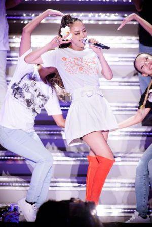 白のセットアップコーデで歌う安室奈美恵さん