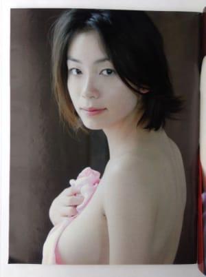 岡本綾さんのランジェリー姿