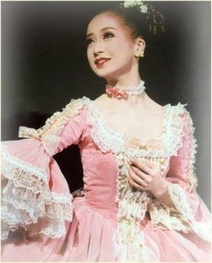 映美くららさんは宝塚出身です。