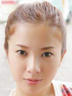 髪をまとめた吉高由里子の画像