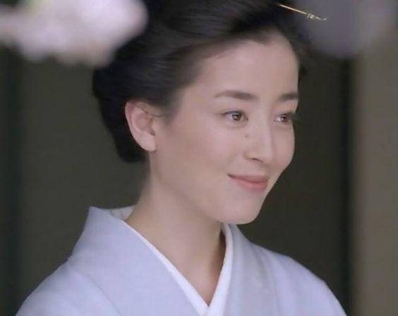 凛とした大人の魅力を放つ宮沢りえさんの髪型をお手本にしてみては?のサムネイル画像