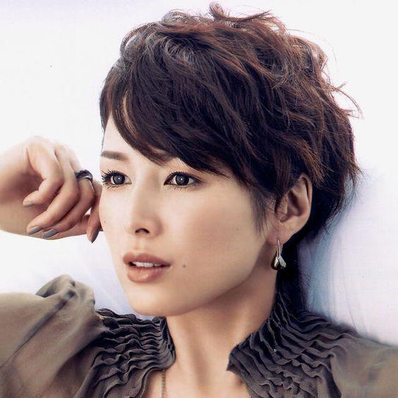 吉瀬美智子風ショートヘアに合うファッションってどんなの?のサムネイル画像