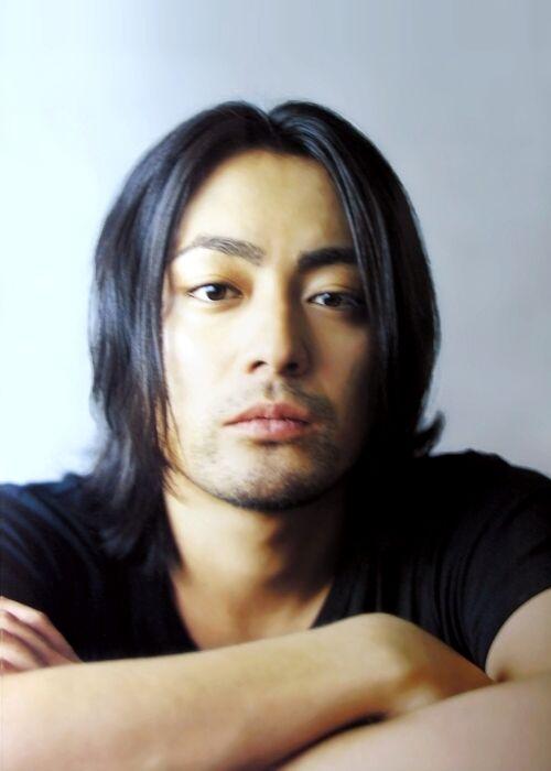 とびぬけた個性!俳優・山田孝之のファッションセンスがすごい!のサムネイル画像