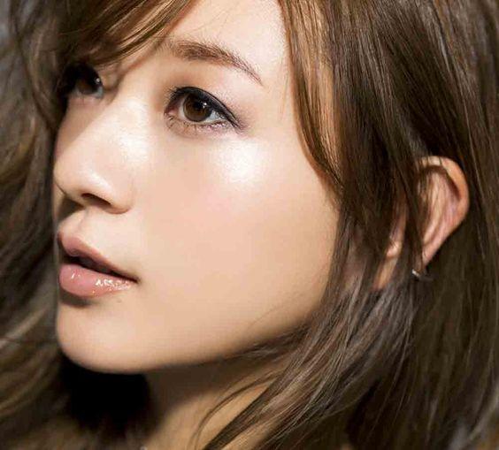 元AAAの人気メンバー・伊藤千晃さんのファッションとメイクに注目!のサムネイル画像