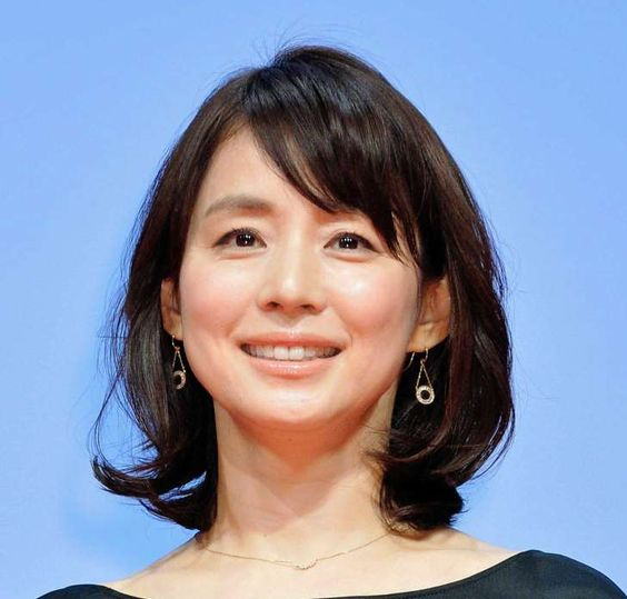上品でシンプル!石田ゆり子さんのアラフィフ大人ファッションコーデのサムネイル画像