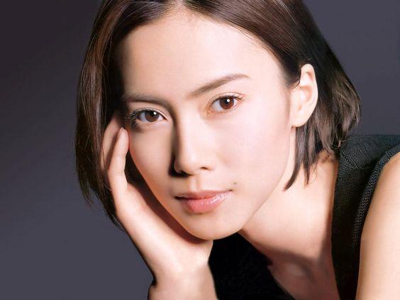 美しすぎる!中谷美紀のこだわりの美肌作りとナチュラルなメイク方法のサムネイル画像