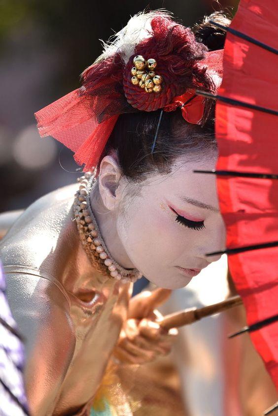 金粉ショーは裸同然!大駱駝艦が踊る動画が衝撃!可愛い女性も踊る?のサムネイル画像