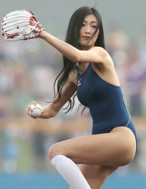 流石の壇蜜はただでは済ませません!!悩殺始球式でセクシー投球!!のサムネイル画像