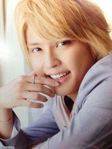 【黒髪から金髪まで】NEWS手越祐也さんの王子すぎる髪型まとめのサムネイル画像