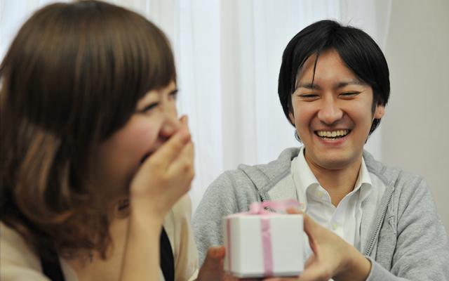 彼女が喜ぶプレゼントの選び方・渡し方。サプライズにオススメ!のサムネイル画像