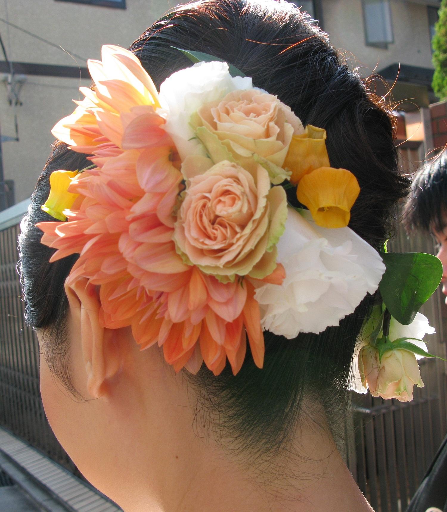 特別な日!生花の髪飾りをつけて、あなたをより一層と美しく!のサムネイル画像