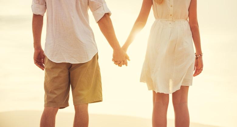 初デートで手をつなげない男性多数!さりげなく手をつなぐには?のサムネイル画像