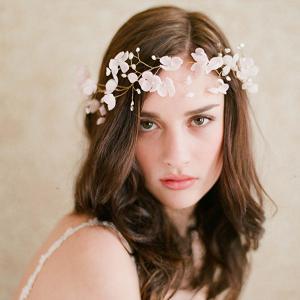花の髪飾りで可愛さアップ!ヘアアレンジで可愛くおしゃれに!のサムネイル画像