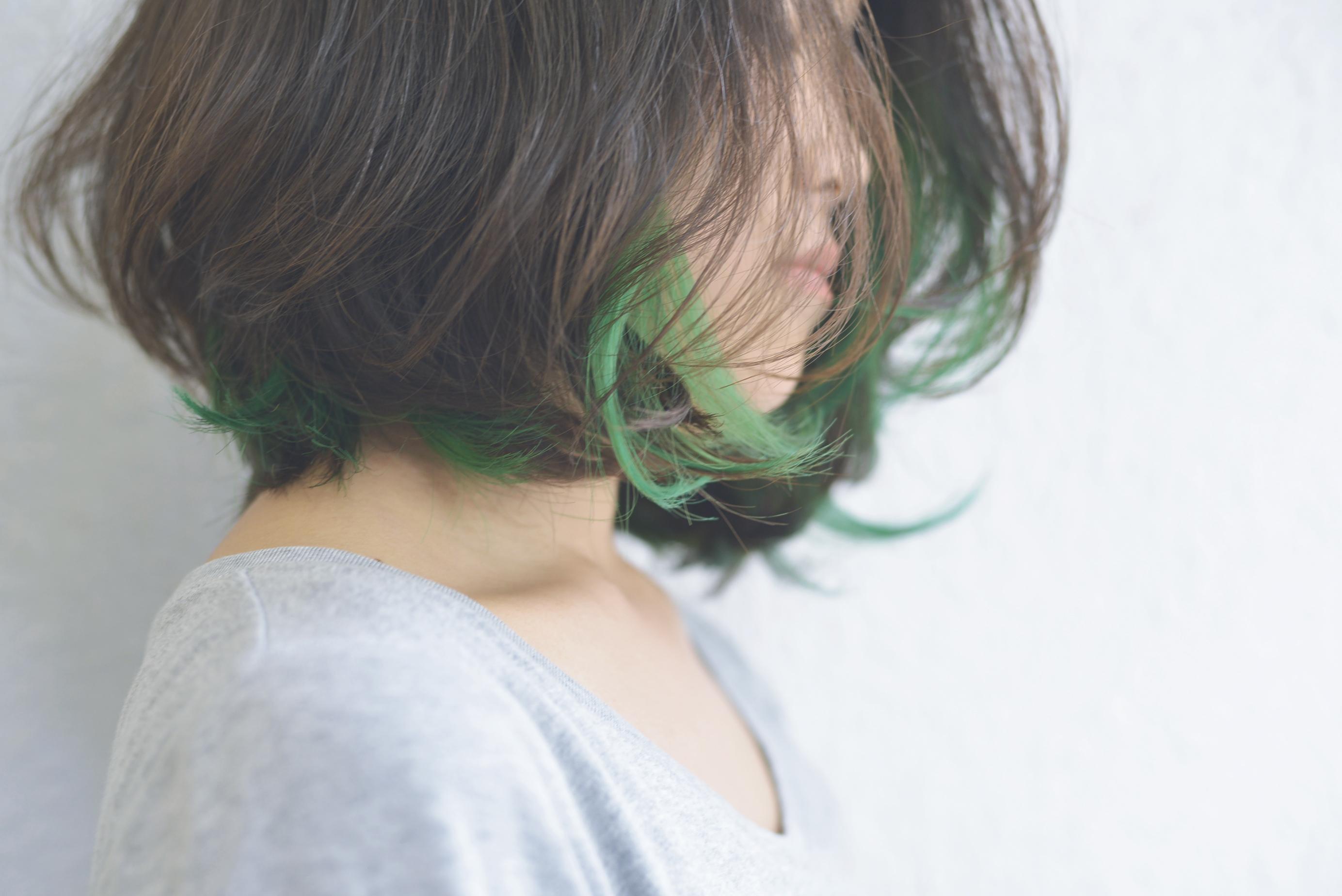 ヘアカラーの使い方を間違えると大変なことに!髪が緑になる理由のサムネイル画像