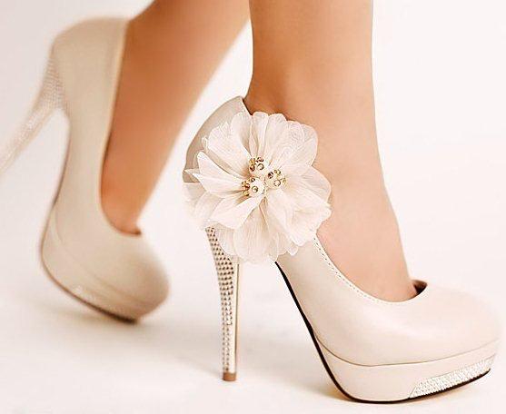 トレンドの白いパンプスを履きこなして女子度UPオシャレコーデ集!!のサムネイル画像