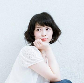 【20代の女性におススメのパーマ】黒髪ミディアムヘアスタイルのサムネイル画像