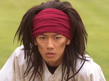 個性的な髪型で話題!ドラマルーキーズで佐藤健さんの役柄は?のサムネイル画像