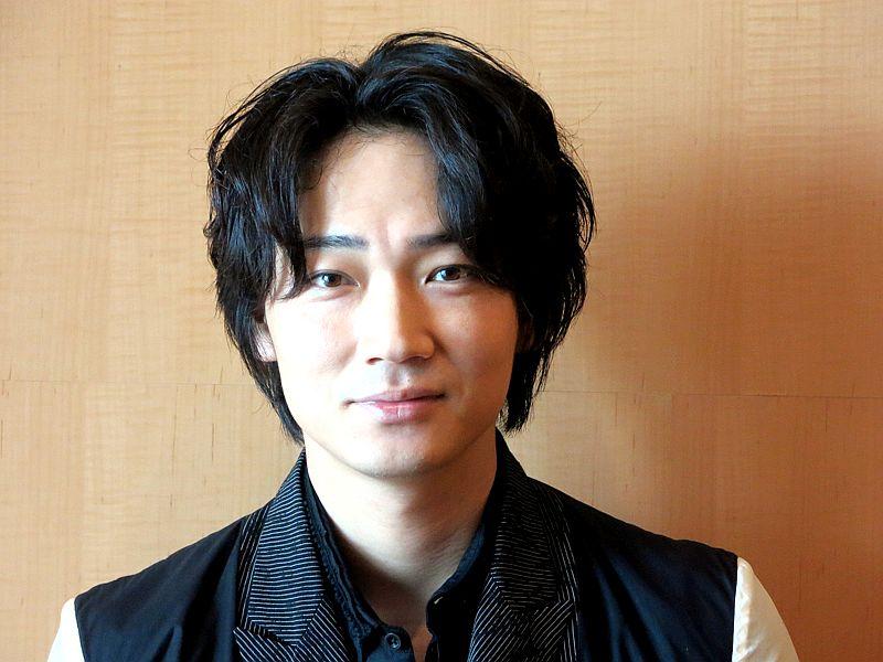 綾野剛の所属事務所は有名俳優揃い!小栗旬の一声で事務所を移籍のサムネイル画像