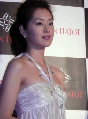 白のドレスの苗木優子