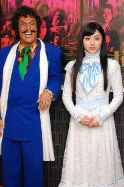 舞台『港町純情オセロ』の衣装を着た石原さとみと橋本じゅんの画像
