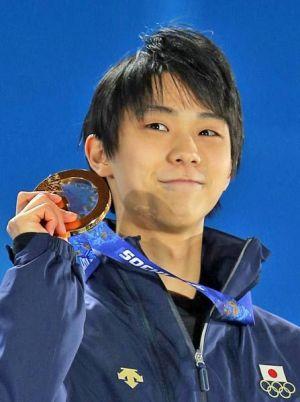 金メダルを持つ羽生結弦の画像