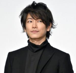 黒一色の衣装でクールな雰囲気が際立つ佐藤健さん