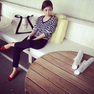 椅子に座っている紗栄子の画像
