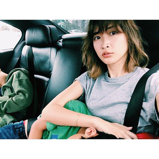 車に乗っている紗栄子と子供の画像