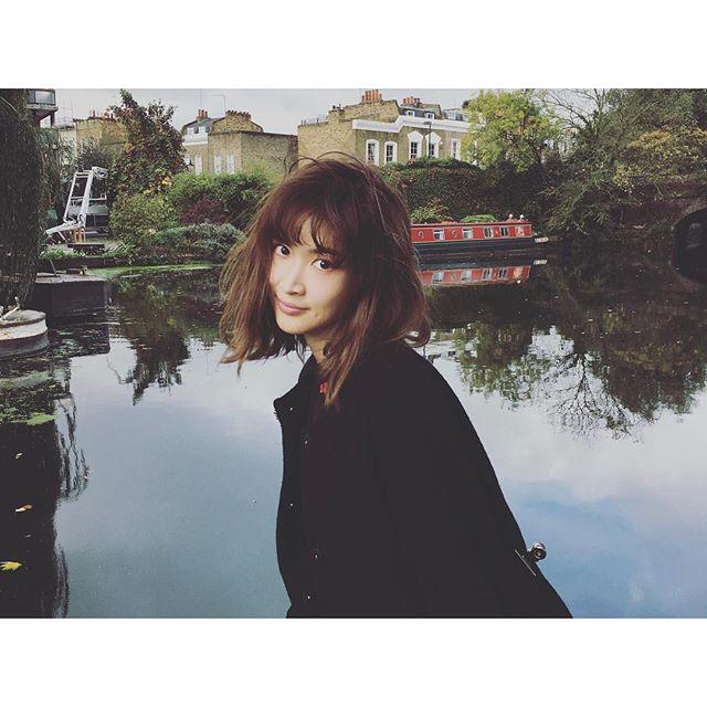 湖の前に立っている紗栄子の画像