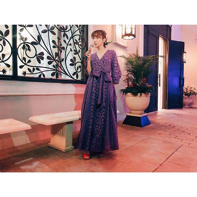 ドレスを着こなす紗栄子の全身画像