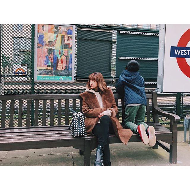 ベンチに座る紗栄子の画像